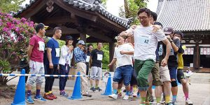 鶴林寺でムカデ競争